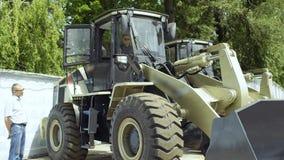 De manager toont koper aan hoe het werk de tractor stock footage