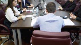 De manager van de achtereindmening houdt het werkvergadering met collega's stock videobeelden
