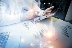 De manager van de bankhandel het werk proces Van het de handelaarwerk van de conceptenfoto van het de marktrapport de moderne tab Stock Afbeeldingen