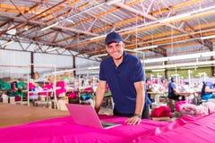 De manager van de kledingsfabriek stock afbeeldingen