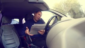 De manager van de zakenmanmens in auto die op spreken stock footage