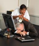 De manager van het bureau gevallen in slaap Stock Foto's