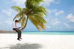 De manager van het bureau met tabletPC op palm royalty-vrije stock afbeelding