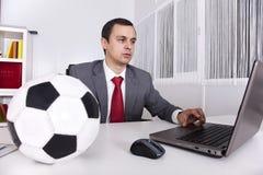 De manager van het voetbal op het kantoor stock afbeeldingen