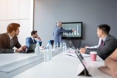 De manager verklaart businessplan aan collega's royalty-vrije stock foto