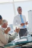 De manager wordt toegejuicht door collega's stock foto