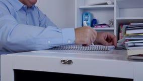 De manager Working met Financiële Documenten schrijft Gelezen en berekent stock footage