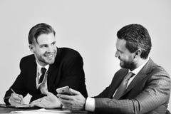 De managers met gelukkige gezichten bespreken en surfen Internet Royalty-vrije Stock Afbeelding