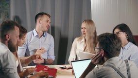 De managers van bedrijf komt in werkende ruimte, het babbelen en het bespreken samen stock video