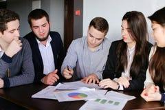 De managers van twee mannen en vrouwen zijn bezig geweest met het goedkeuren van programma's Royalty-vrije Stock Foto