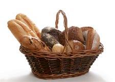 De mand bakte brood dat op wit wordt geïsoleerd¯ Stock Afbeelding