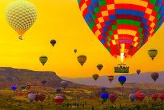 De mand die van hete luchtballons in Cappadocia Turkije landen royalty-vrije stock afbeelding