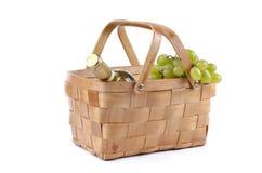 De mand van de picknick die met druiven en wijn wordt gevuld Royalty-vrije Stock Fotografie