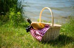 De mand van de picknick met voedsel Stock Foto