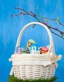 De mand van Pasen met geschilderde eieren Royalty-vrije Stock Foto