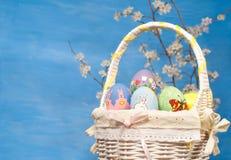 De mand van Pasen met kleurrijke eieren Stock Foto's