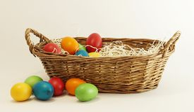De mand van Pasen met paaseieren stock foto