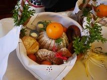 De mand van Pasen met voedsel Royalty-vrije Stock Foto's