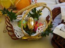 De mand van Pasen met voedsel Stock Foto's