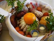 De mand van Pasen met voedsel Stock Foto