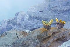 De mand van zwaveldragers in Kawah Ijen Stock Foto