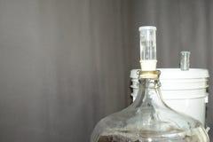 De mandefles van het glasbier met bier wordt gevuld dat stock afbeeldingen