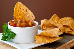 De Mango Salsa van de perzik en chipotle Spaanders Stock Afbeeldingen