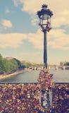 De manière romantique l'amour inscrit padlocks sur le Br de Pont des Arts Images stock