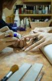 De manicure die van de close-up in schoonheidssalon maakt Royalty-vrije Stock Foto's