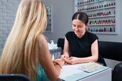 De manicure maakt de procedure voor de zorg van spijkers royalty-vrije stock fotografie