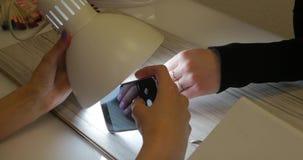 De manicure maakt foto van zijn werk stock video