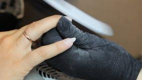 De manicure maalt de spijkerbar voor een manicure in de schoonheidssalon Vingerspijker behandeling, het malen en het oppoetsen stock videobeelden