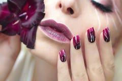 De manicure van Bourgondië met gladiolen Stock Foto's