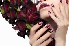 De manicure van Bourgondië met gladiolen Stock Afbeelding