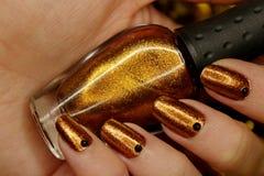 De manicure van het nieuwjaar, de kleur van de Kerstmisspijker, gouden nagellak royalty-vrije stock afbeelding