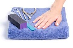 De manicurehulpmiddelen van handdoek vrouwelijke handen stock fotografie