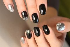 de manicureontwerp van de manier zwart en gouden kleur Stock Afbeelding