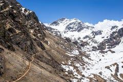 De manier aan de bergpas stock afbeelding