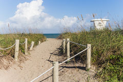 De manier aan Fort doordringt strand Stock Foto