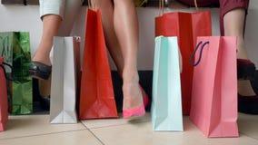 De manier die, benen van modieuze meisjes met velen koopt pakketten in seizoen van kortingen en verkoop winkelen stock videobeelden