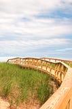 De manier die van de raadsweg tot strand leiden Stock Foto's