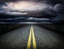De manier en de donkere wolken Royalty-vrije Stock Afbeeldingen