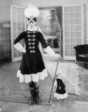 De manier is geen aap op achter haar, aangezien een jonge vrouw dezelfde Kosak-uitrusting zoals haar huisdier draagt (Alle afgesc Stock Afbeelding