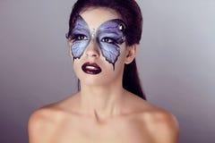 De manier maakt omhoog. De make-up van de vlinder op gezichts mooie vrouw. Kunst P stock afbeeldingen