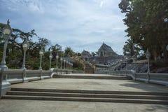 De manier om naar witte tempel in Krabi-Stad, Thailand te gaan stock afbeeldingen