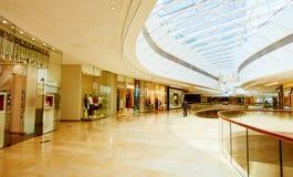 De manier slaat winkels in modern winkelcomplex op Royalty-vrije Stock Afbeelding