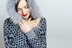 De Manier van de de winterschoonheid Mooi gezichtsmeisje met het in bonthoed gesturing emoties Professionele make-up en manicure royalty-vrije stock fotografie