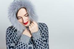 De Manier van de de winterschoonheid Mooi gezichtsmeisje met het in bonthoed gesturing emoties Professionele make-up en manicure royalty-vrije stock foto