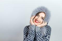 De Manier van de de winterschoonheid Mooi gezichtsmeisje met het in bonthoed gesturing emoties Professionele make-up en manicure royalty-vrije stock afbeeldingen