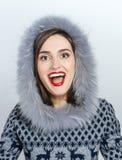 De Manier van de de winterschoonheid Mooi gezichtsmeisje met het in bonthoed gesturing emoties Professionele make-up en manicure stock fotografie